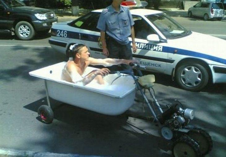 hombre en una bañera moto