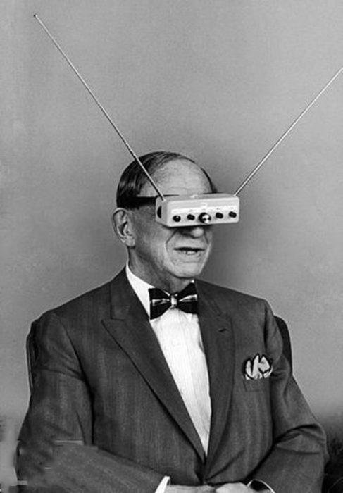hombre con lentes antiguos para ver tv