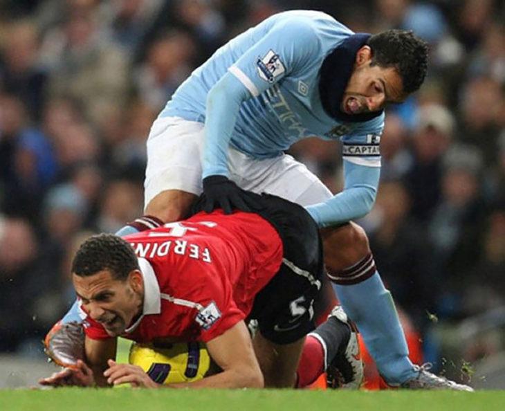 jugador de futbol mete la mano en el trasero de tro jugador