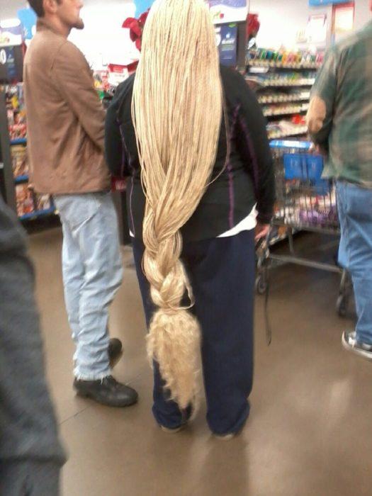 mujer rubia con cabellera hasta los talones