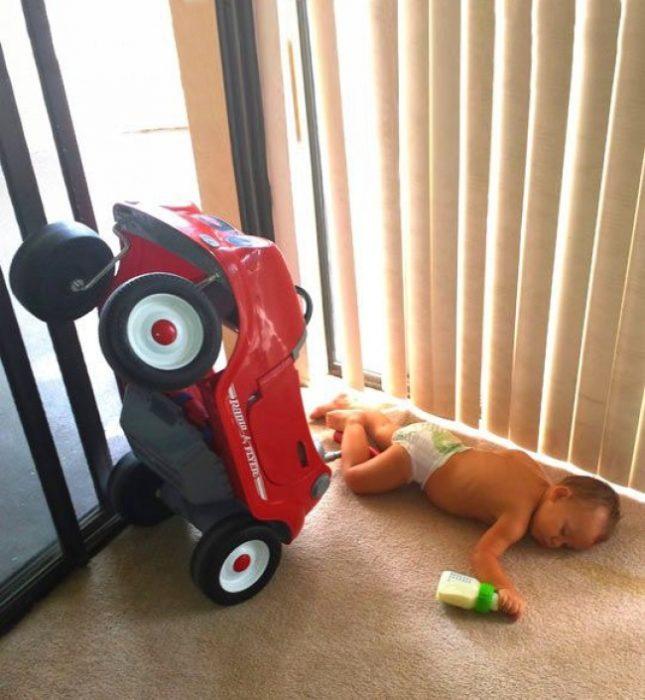 niño tirado con un carro y una teta