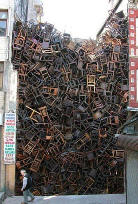 muchas sillas apiladas