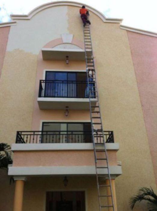 hombre en escalera muy alta