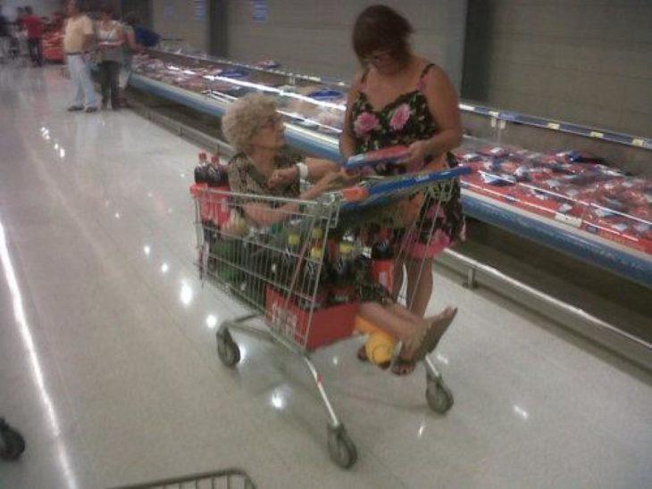 abuelita en carrito de compras