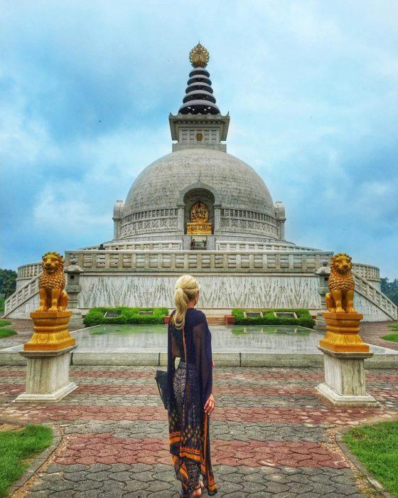 mujer frete a un monumento hindú