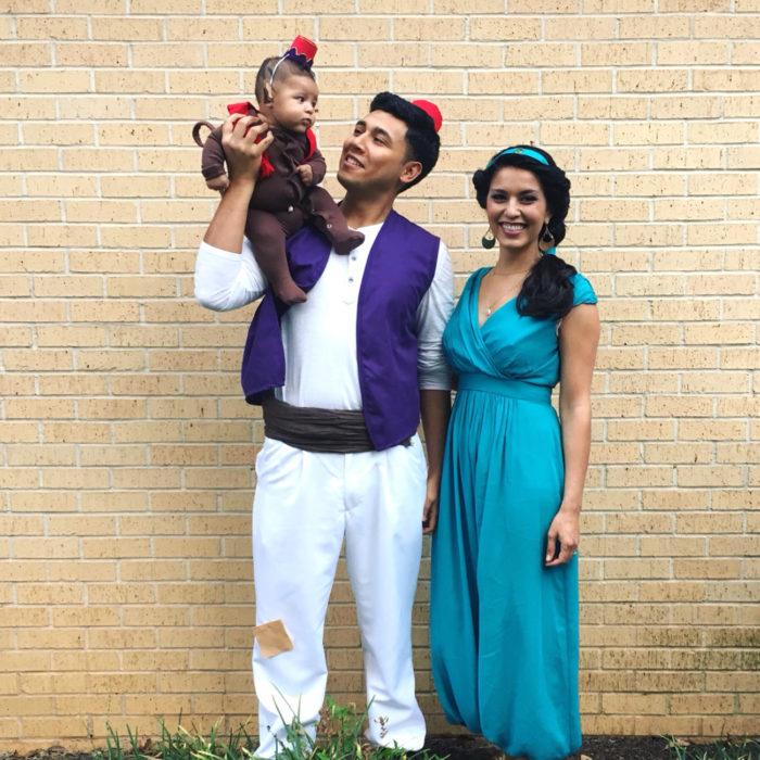 familia disfrazada de aladdin, jazmin y abu