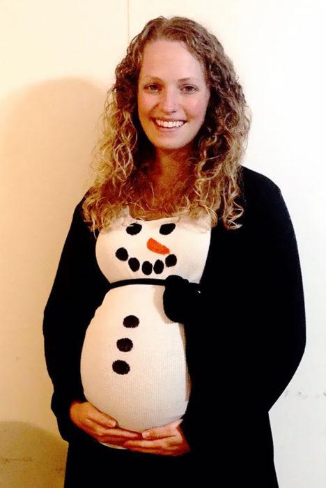 embarazada disfrazada de hombre de nieve