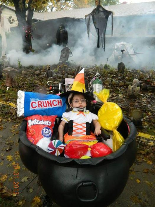 Niña en silla de ruedas decorada de caldera