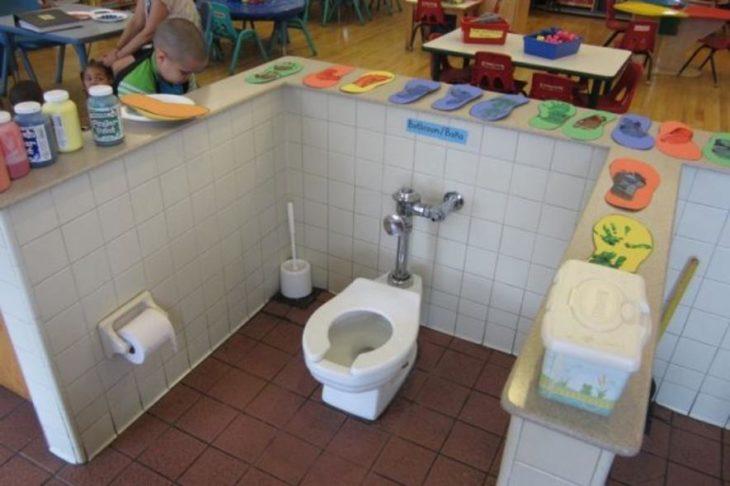 baño al aire libre en el salón de clases
