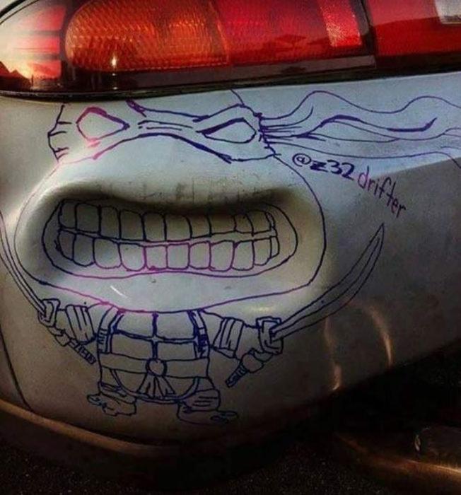 cara de tortuga ninja sobre golpe de un coche