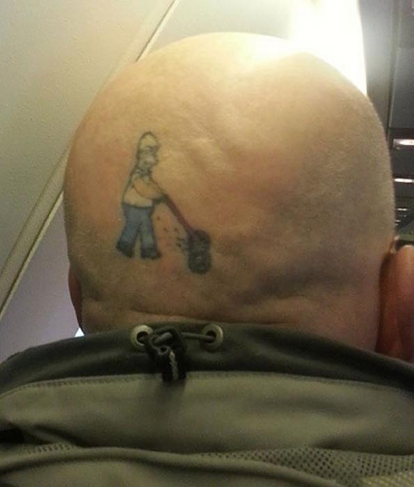 tatuaje homero con podadora