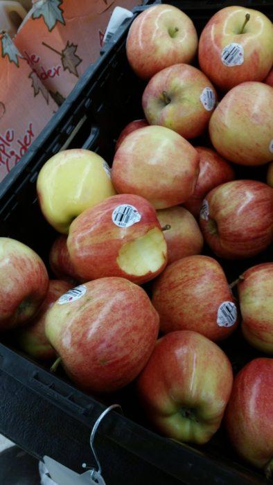 manzana en frutería mordida