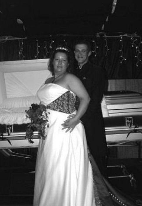 fotografía de novios delante de caja de muerto