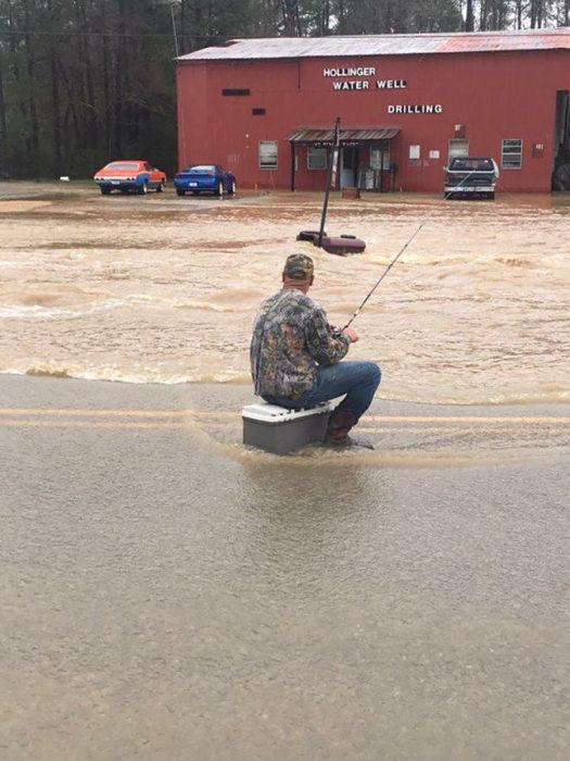 hombre pescando en una inundación