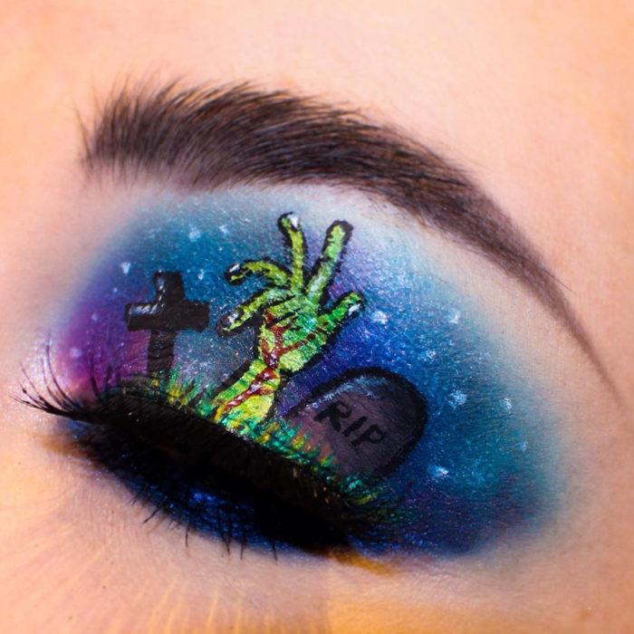maquillaje de ojos mano saliendo de la tumba