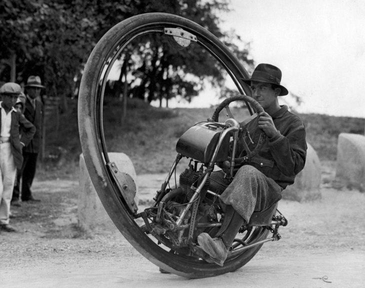 hombre en una motocicleta de una sola llanta