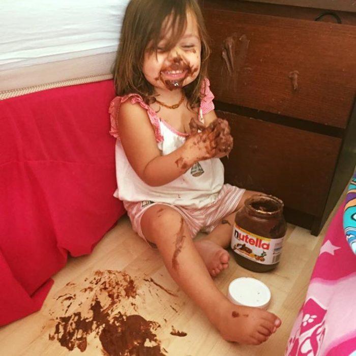 niña llena de nutella