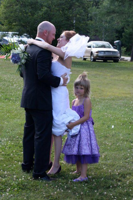 niña sosteniendo la cola de la novia