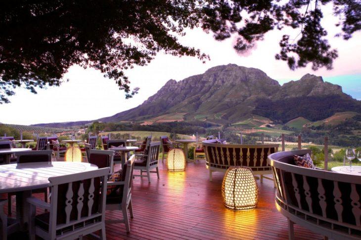 Restaurante con un hermoso paisaje y lámparas de piso