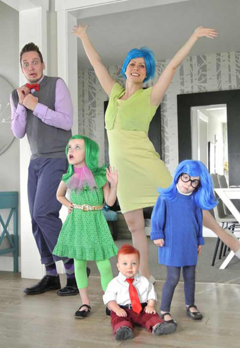 familia disfrazada de inside out