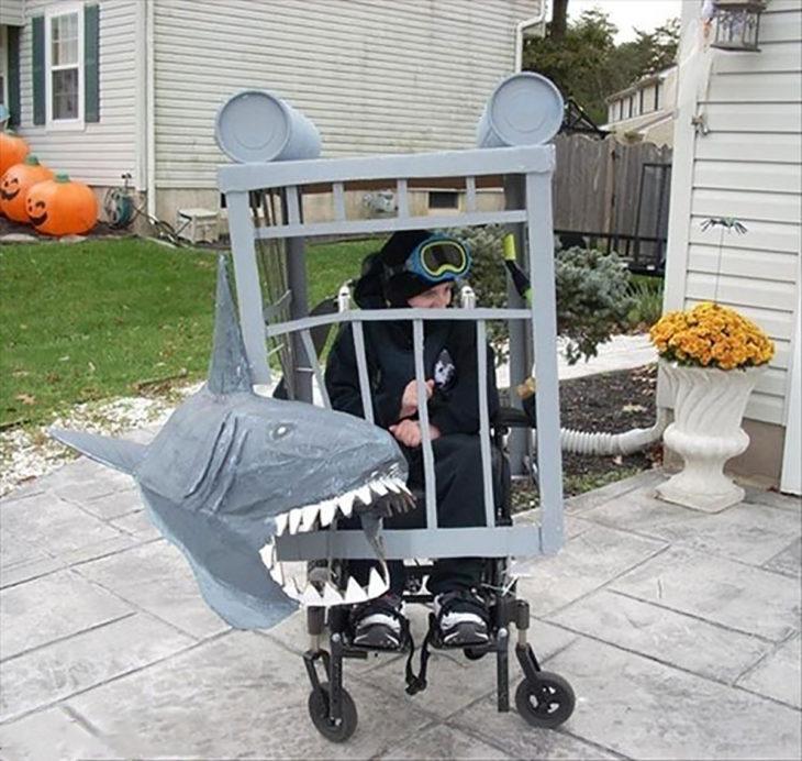 niño en silla de ruedas disfrazado de buzo