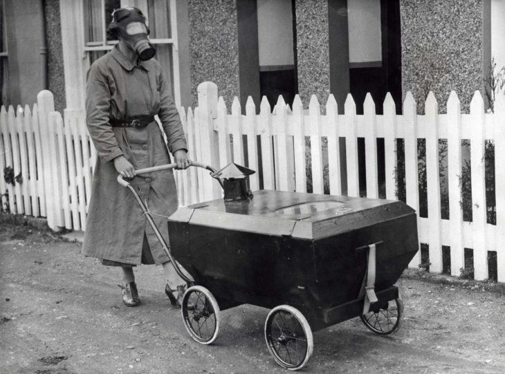 mujer con Carreola para proteger a los bebés de ataques de gas