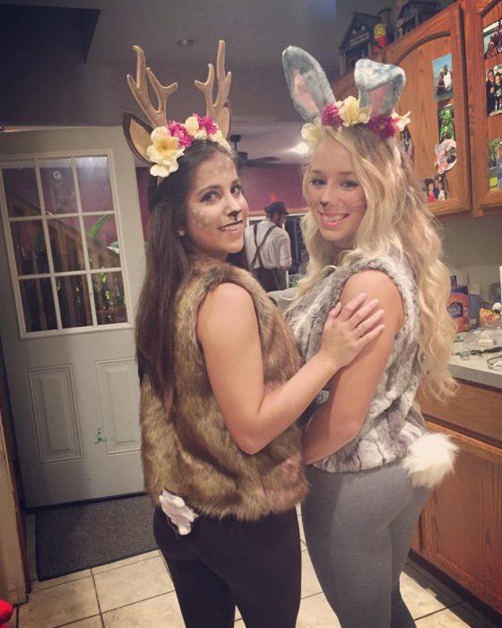 amigas disfrazadas de bambi y tambor