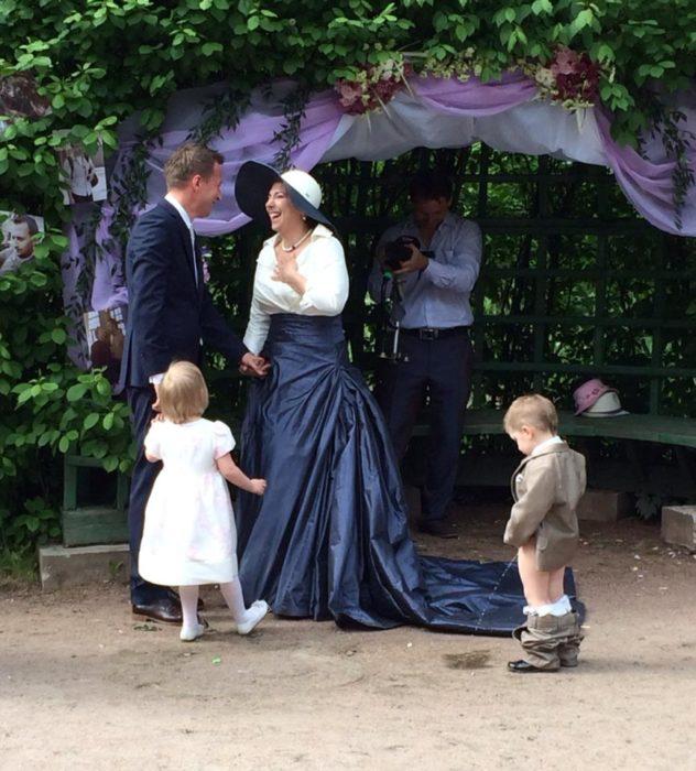 niño haciendo pipi en una boda