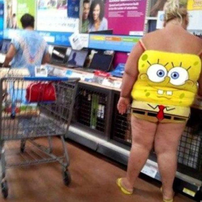 señora vestida de bob esponja