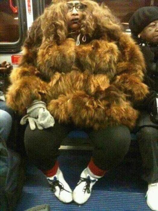 mujer en abrigo extraño y feo