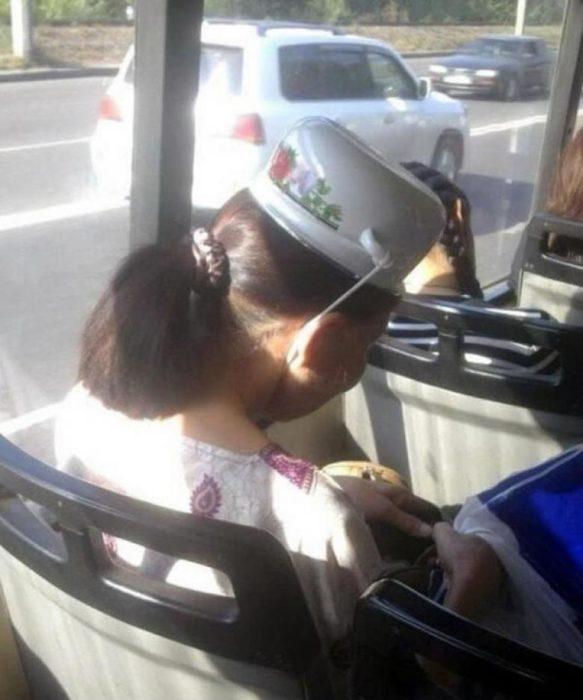 señora con casuela en la cabeza