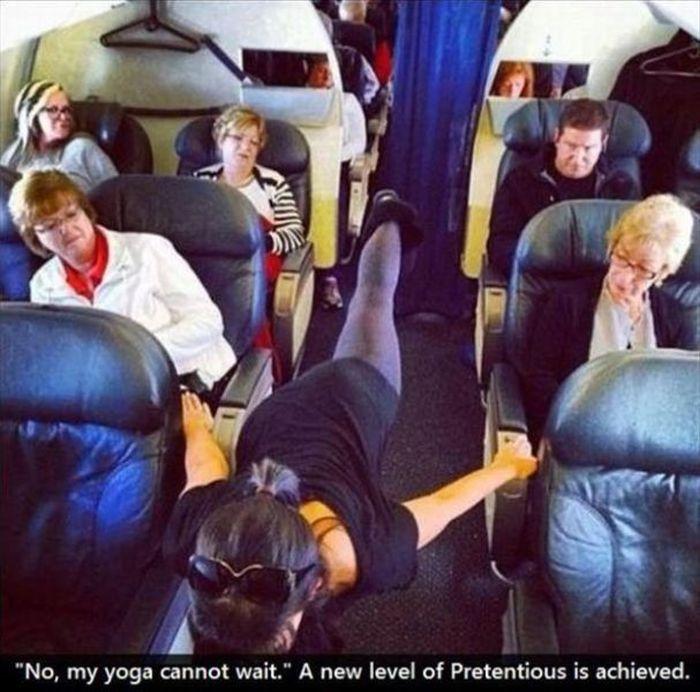mujer haciendo yoga en avión