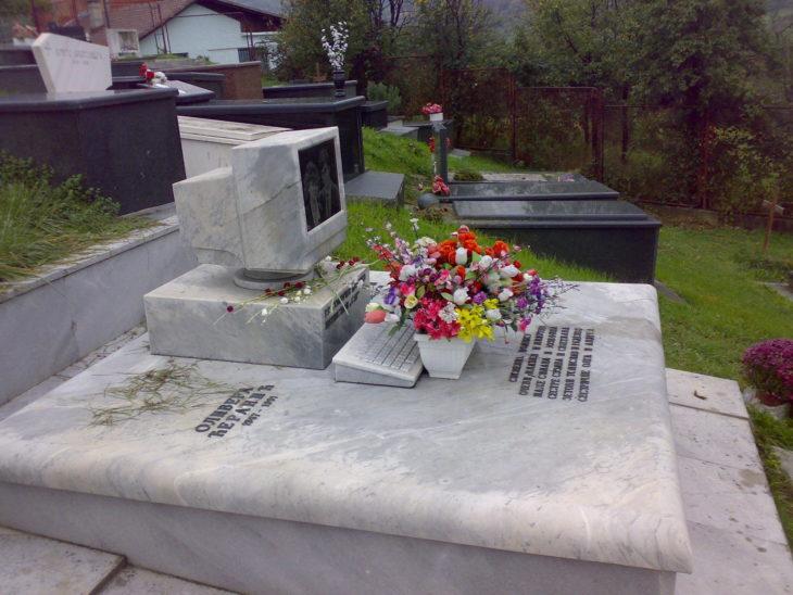 tumba con computadora