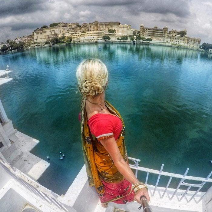 mujer frente a lago o río
