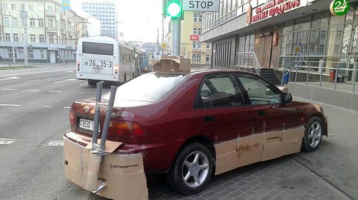 coche con partes de cartón