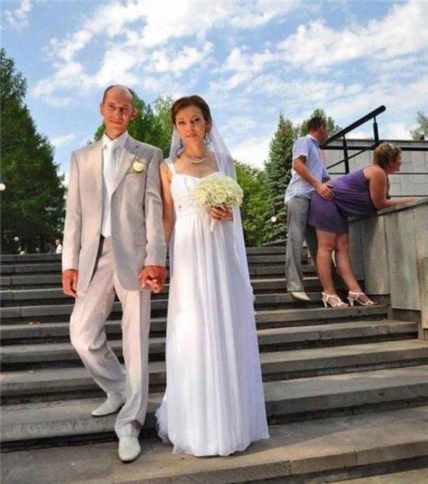 pareja robando centro de atención a recién casados