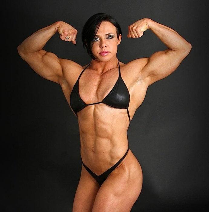 mujer fisicoculturista en bikini