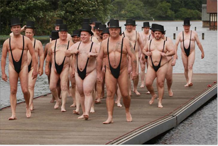 hombres con sombrero usando traje de baño