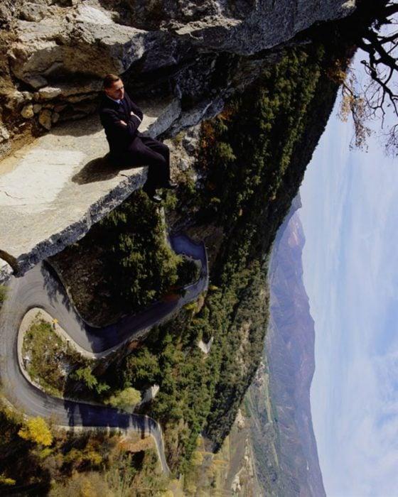 hombre en paisaje montañoso foto juega con la perspectiva