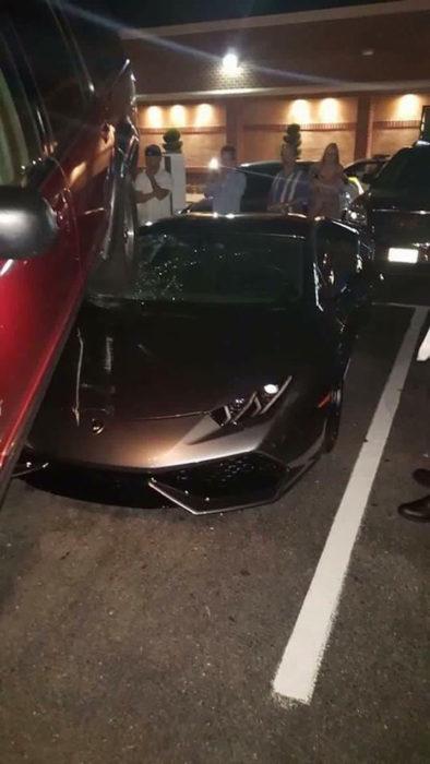 carro estrellado sobre un carro del año