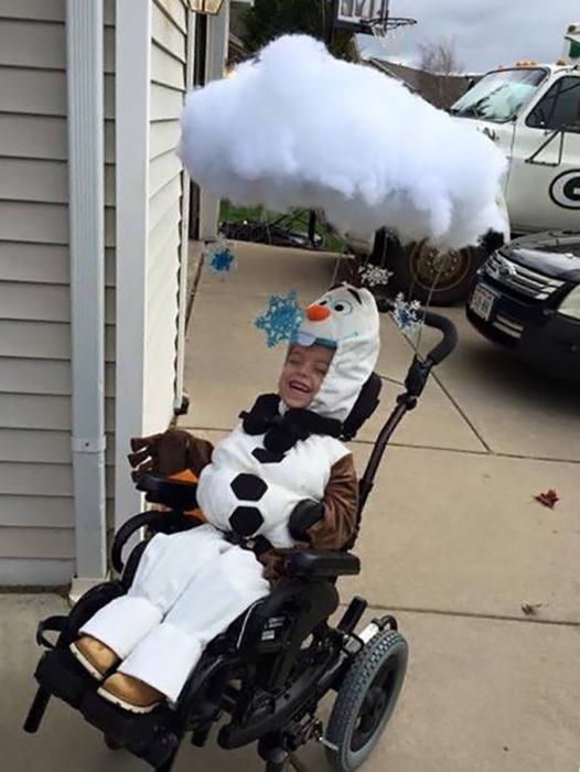 niño en silla de ruedas disfrazado de olaf