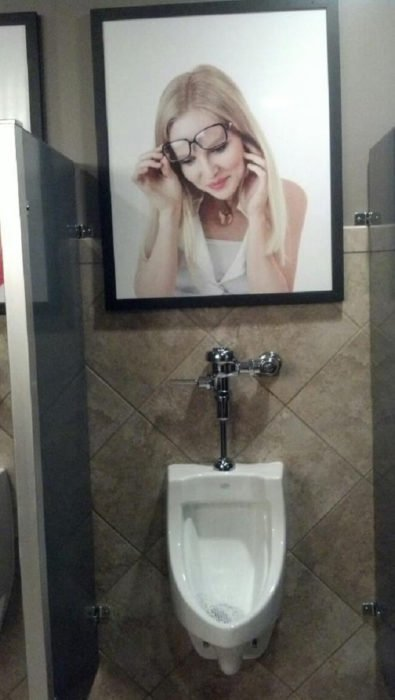 cuadro de mujer con lentes en un urinario