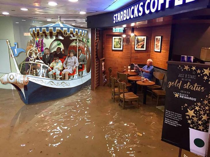 señor en starbucks inundado y un barco con gente