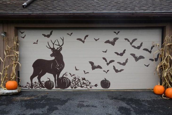 portal de cochera con rótulo de venado y murciélagos