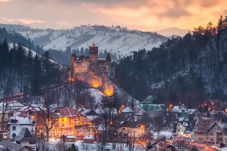 castillo en lo alto de una montaña