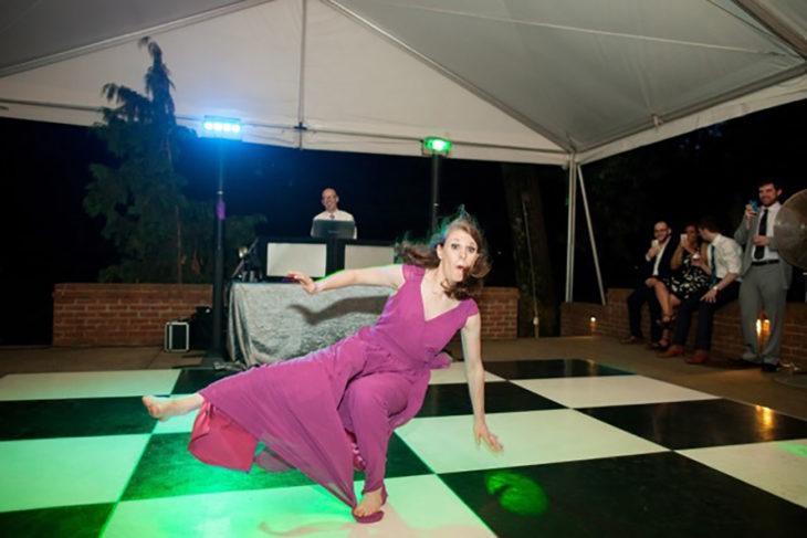 mujer danzando pista de baile