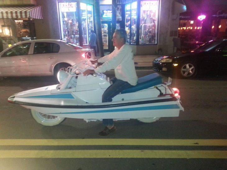 hombre en moto-lancha