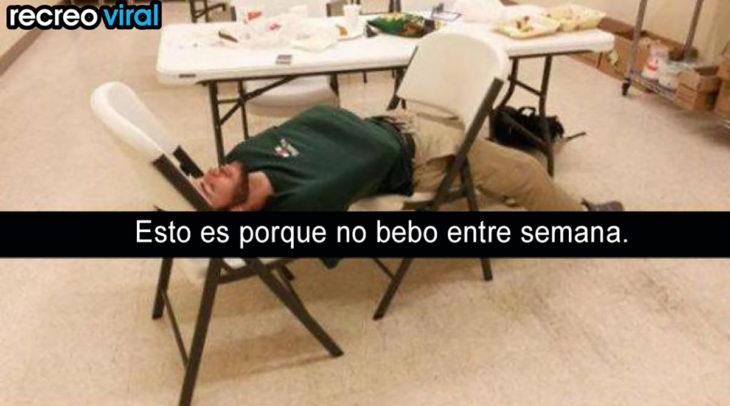 hombre con resaca dormido en sillas de restaurante