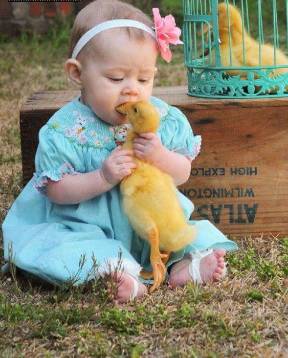 niña chupando un pato