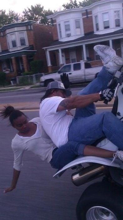 personas caen de una moto